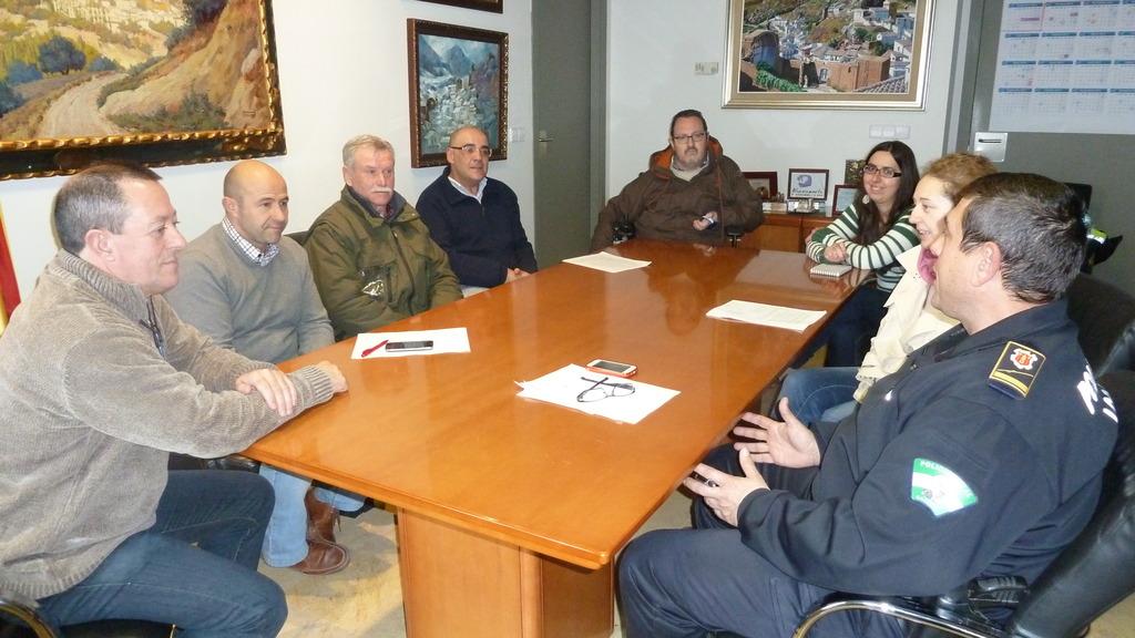 Foto reunión mantenida con representantes de  la Asociación 'Juana Martos'.redimensionado