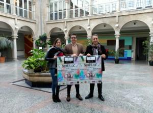 De izquierda a derecha, la concejal de Cultura, Nuria Serrano, el diseñador cazorleño, Alberto Fasán y el alcalde de Cazorla, Antonio José Rodríguez